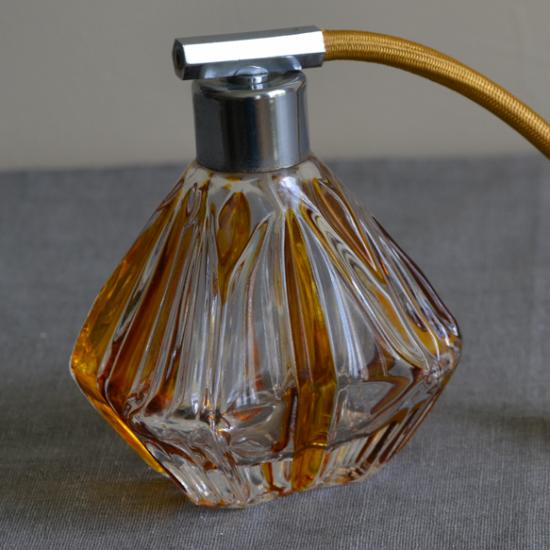 Ancien vaporisateur de parfum coloré ambre et cristal